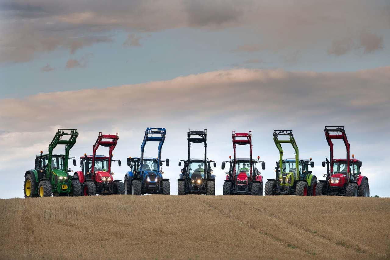 Traktoren verschiedener Fabrikate nebeneinander