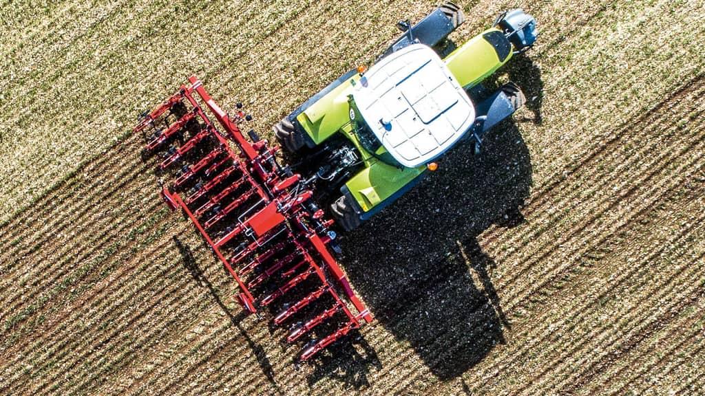 Hacke hinter Traktor im Einsatz