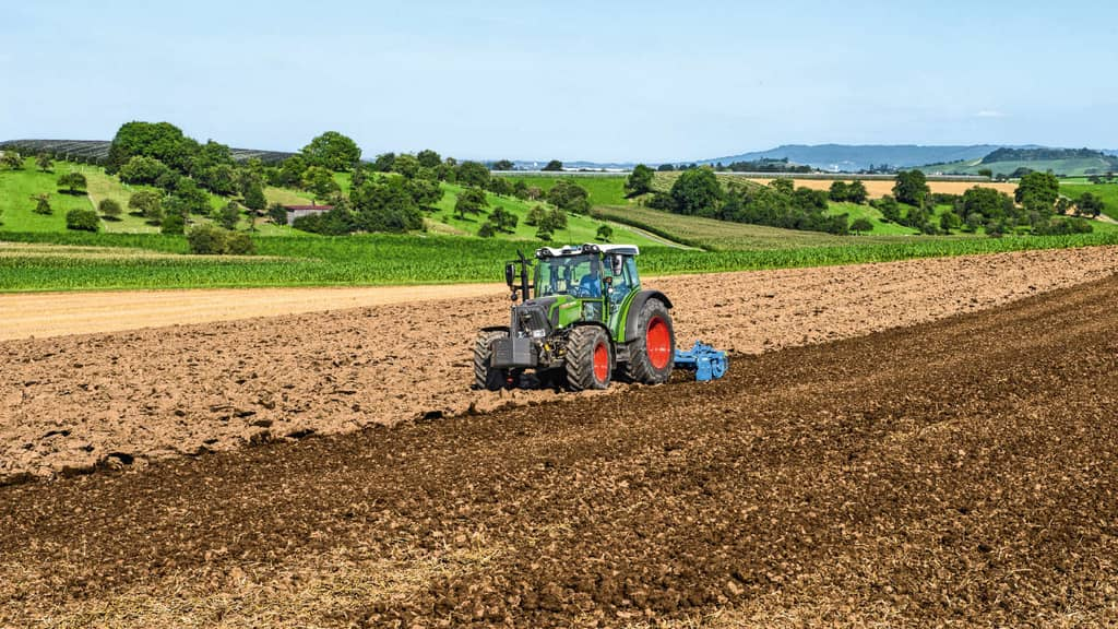 Traktor Fendt Vario 211 bei der Bodenbearbeitung