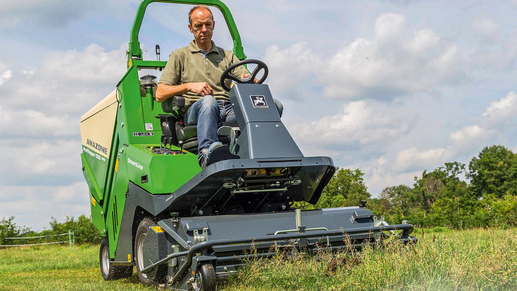 Grünflächenpflege mit dem Amazone Profihopper