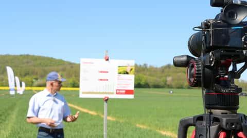 Kamera filmt Berater im Feld