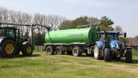 Zwei Traktoren bei der Gülleausbringung