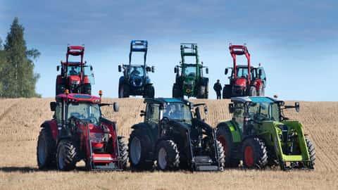 Traktoren verschiedener Marken mit Frontlader